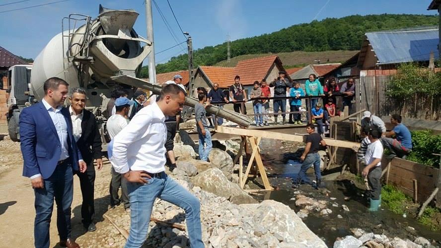 Primăria orașului Bocșa efectuează lucrări de igienizare și decolmatare